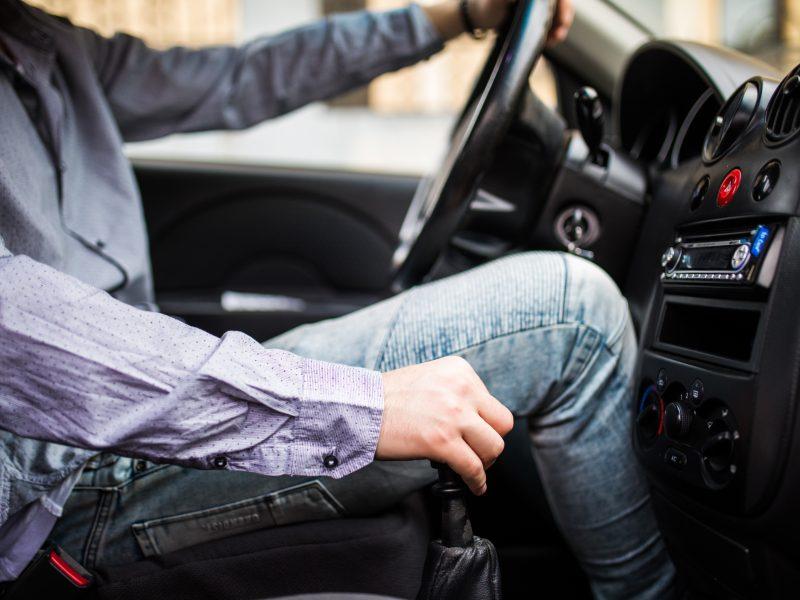 Najnowsze badania Polskiej Izby Ubezpieczeń nie pozostawiają wątpliwości. Młodzi kierowcy to zagrożenie na drodze