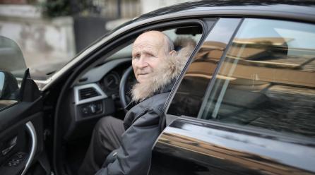 Osoba starsza, a prawo jazdy – zalety i trudności
