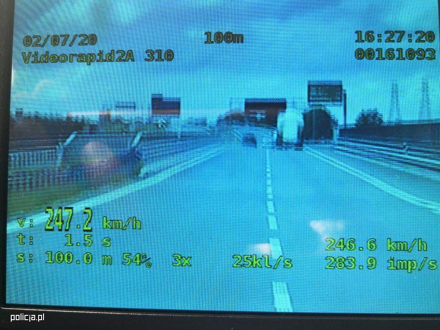 20-latek jechał z prędkością 247 km/h. Stracił prawo jazdy i trafił przed sąd