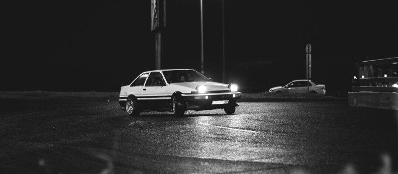 Kulig z wykorzystaniem samochodu, zawody driftu na parkingu – zobacz ile zapłacisz