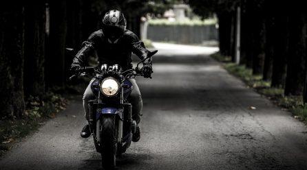 Dobry sprzęt i rozwaga – klucz do bezpiecznej jazdy jednośladem