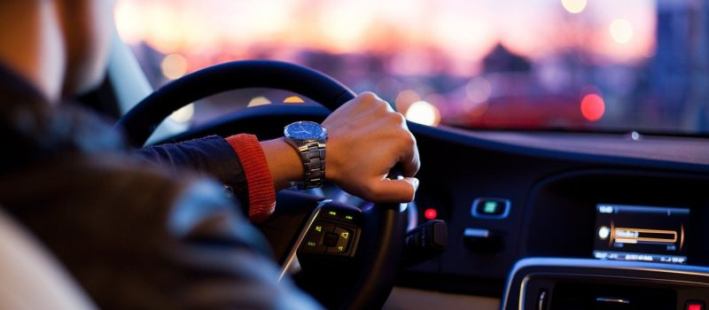 Coraz więcej młodych dorosłych jeździ bez uprawnień!