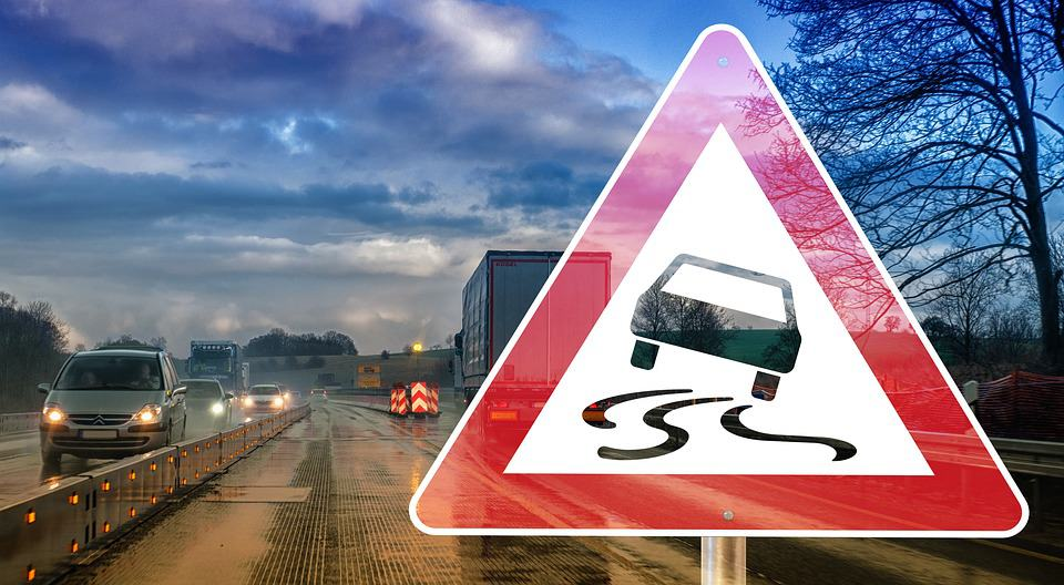 Wyprowadzenia auta z poślizgu – poznaj zasady postępowania