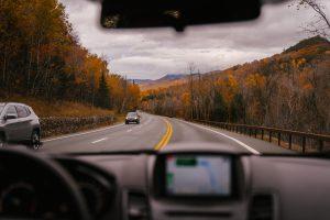 Jak bezpiecznie jeździć autem jesienią i zimą?